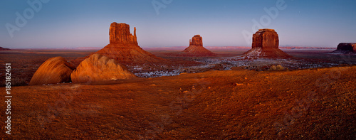 Photo Stands Magenta Monument Valley panorama, red desert canyon at night, USA