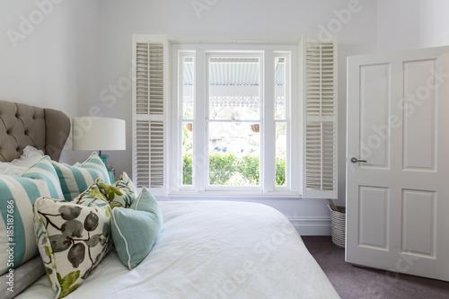 Fotografía  Bedroom window with a garden view in a luxury country house bedroom