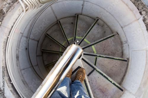 Fotografie, Obraz  Descendo uma escada circular