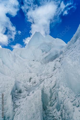khumbu-lodowiec-blisko-everest-podstawowego-obozu-na-himalajskiej-dolinie-nepal
