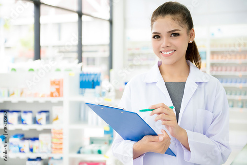 Poster Pharmacie Asian female pharmacist working in chemist shop or pharmacy