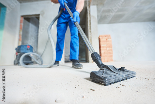 Foto construction cleaning service. dust removal with vacuum cleaner