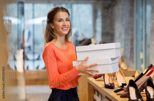 Fotografia  woman or shop assistant with shoe boxes at store