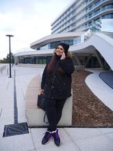 Kobieta Interesu Rozmawia Przez Telefon Komórkowy W Mieście