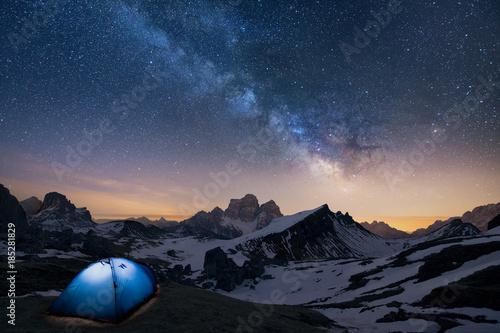 Fototapeta Un indimenticabile nottata in tenda sotto la volta celeste