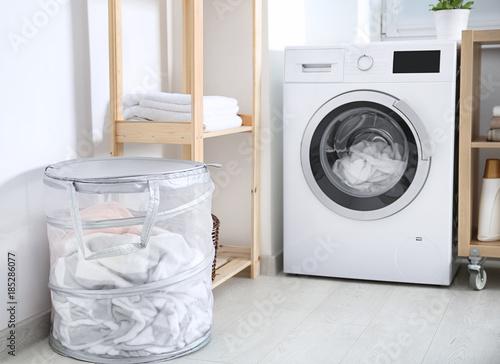 Fotografía  Laundry basket and washing machine indoors