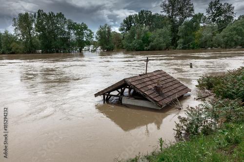Plakat Woda powodziowa przelewa się z domu. Koncepcja katastrofy pogodowej lub huraganu.