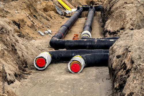 Fotografía Installing district heating pipes in a trench 2