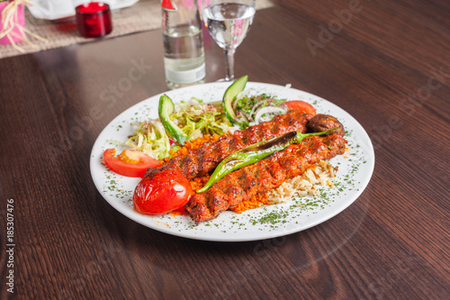 Photo Adana kebap with rice and vegetables