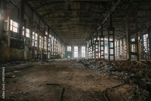 Papiers peints Les vieux bâtiments abandonnés Dark creepy ruins of demolished abandoned large industrial warehouse or hangar of Soviet factory