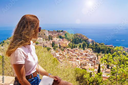 Fotografía The girl looks from the heights to the city, Sicily, Taormina