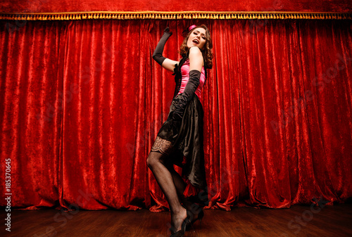 Foto dancer in moulin rouge style is dancing on the stage