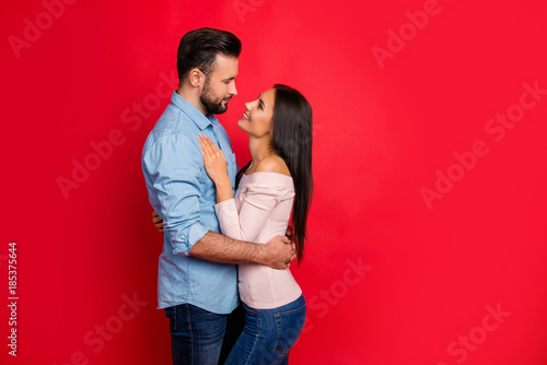 Photo Side view of caucasian, attractive, smiling couple - bearded man embrace his cha