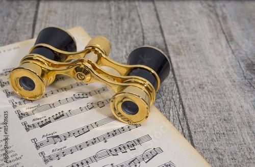 Valokuvatapetti altes antikes goldenes opernglas, fernglas für oper