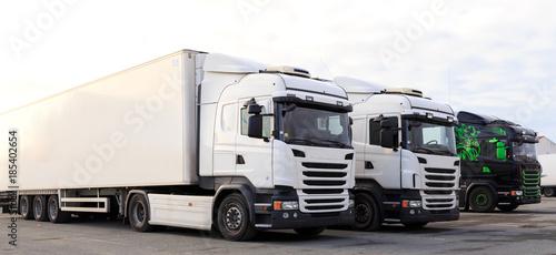 Fotografía Camion de marchandise en attente de chargement pour transport sur les routes