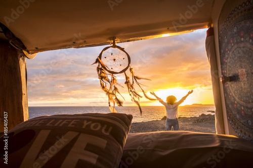Photo  woman outside an antique van enjoying a panoramic view