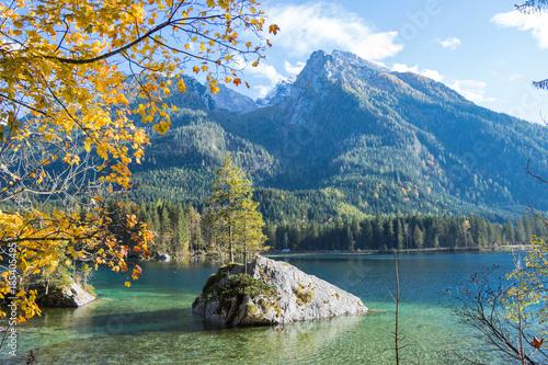 Plakat Jesień przy Hintersee w Bawarskich Alps w Niemcy z wyspą lub skałami