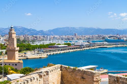 Photo Panoramic skyline view Palma Mallorca harbor in blue sky.