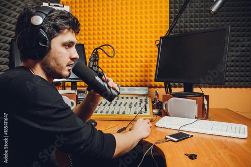 Mikrofon im Radiostudio und -moderator auf Hintergrund Fototapete
