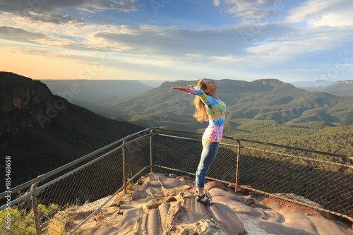 Photo Female embrace the new day with positive affirmations Blue Mountains Australia