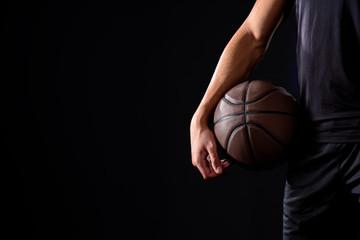 izrezani udarac košarkaša s loptom izoliranom na crnom