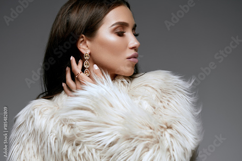 Winter Fashion Style. Beautiful Woman In Fur And Jewelry.