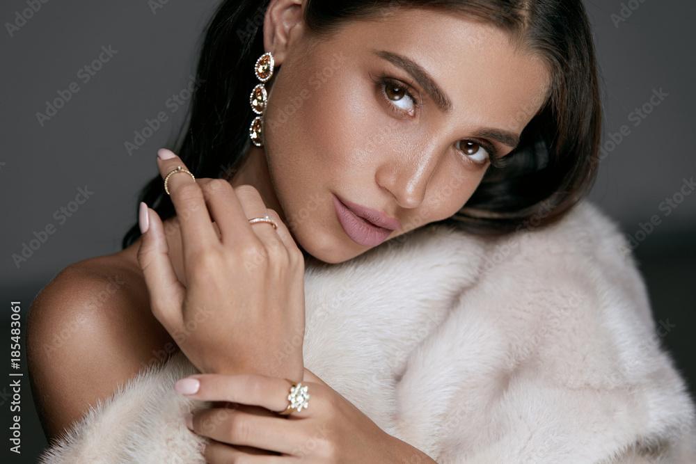 Fototapeta Jewelry Fashion. Woman In Luxury Jewels