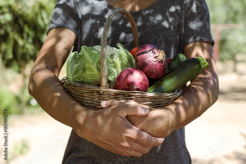young man with a basket full of vegetables Fototapete