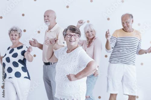 Montage in der Fensternische Tanzschule Happy grandmother dancing with friends
