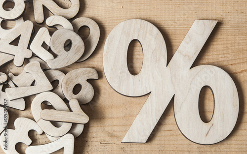 Photo  sign percent on wooden table
