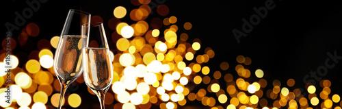 Valokuva  Sektgläser beim Anstossen vor Lichtspiel 2