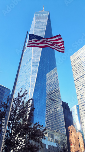 Fotomural New York One World Trade Center Skyscraper and USA waving flag
