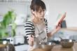 料理する女性・キッチン