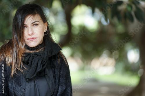 Fényképezés ragazza vestita di nero guarda in macchina con aria decisa