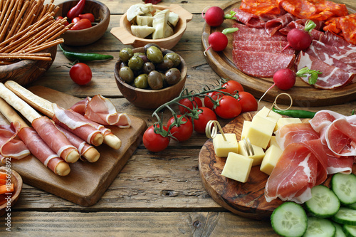 Photo sur Toile Buffet, Bar Antipasto Italiano su tavolo rustico