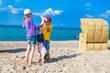 Kinder akrobatische Übung Handstand am Strand am Meer in Deutschland