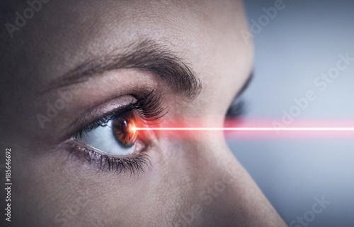 Foto Therapie mit Laser am Auge