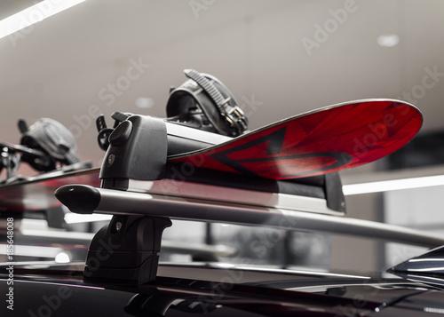 fototapeta na drzwi i meble Narty na dachu, bagażnik transportowy