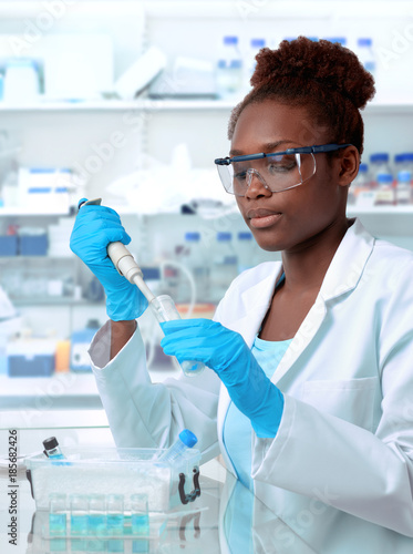 Fotografiet African-american scientist working in laboratory