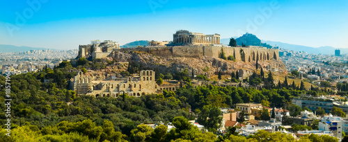 In de dag Athene Parthenon acropolis among pine trees Athens Greece