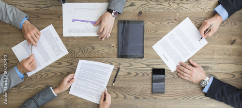 Fototapeta Business people discuss contract obraz