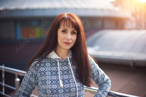 Fotografia  happy woman standing in a shopping mall