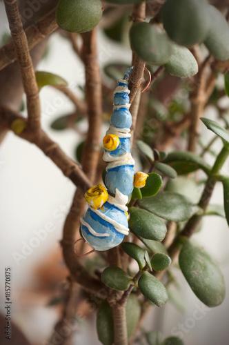 Fotografía  Hanging fir tree from polymer clay on a Crassula argentea plant