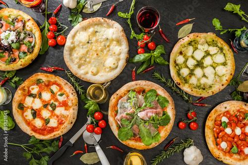 Photo Stands Ready meals 一般的なピッツア 典型的なイタリア料理 Mix pizza Italian food