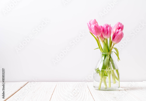 Photo  pink tulip flower on wood background