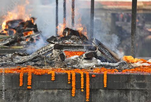 Fotografiet  Cremation near Pashupatinath temple in Kathmandu, Nepal
