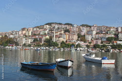 Foto auf AluDibond Stadt am Wasser harbor city and boats