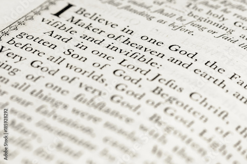 Photographie  The Apostle's Creed in a very old version of the Book of Common Prayer (CofE)