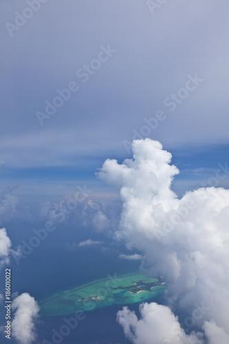 Türaufkleber UFO Schöne Wolkenstimmung auf den Malediven aus dem Flugzeug