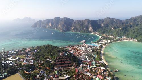 Photo  Aerial drone view of main Pier Ton Sai  on Phi Phi Island during sunny summer da
